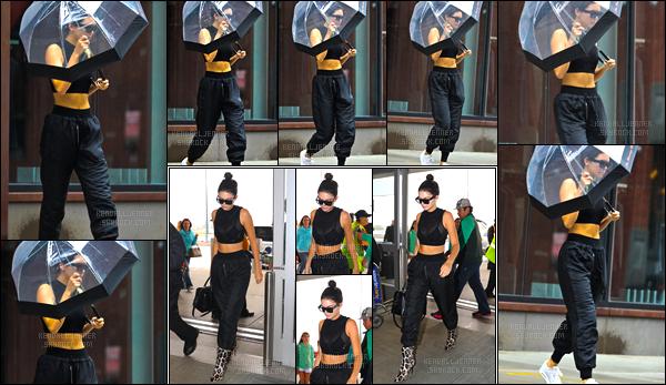 - 30/09/16 : Kendall Jenner, parapluie à la main, a été photographiée quittant l'appartement de Gigi à N-Y. Un peu plus tard dans la journée, Kendall a également été aperçue alors qu'elle arrivait à l'aéroport JFK à New-York, un beau petit top ! -