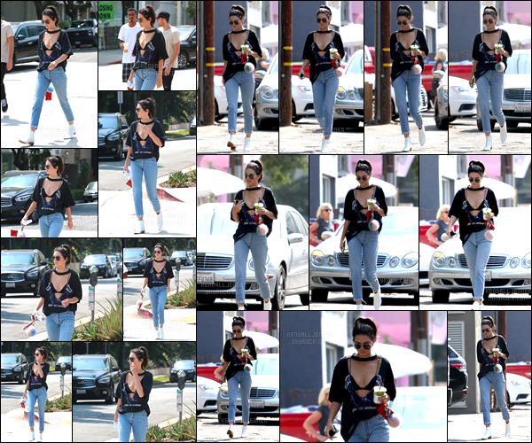 - 25/08/16:Kendall Jenner a été photographiée tandis qu'elle se promenait dans les rues de Beverly Hills. C'est boisson à la main, lunettes de soleil sur le nez que nous retrouvons Kendall, j'accorde un petit top pour son ensemble assez spécial. -