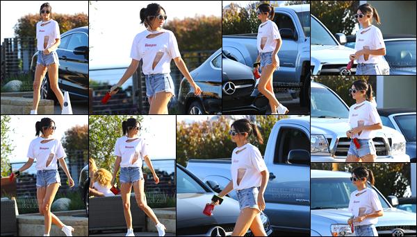 - 28/08/16:Kendall Jenner a été photographiée alors qu'elle arrivait au restaurant « Nobu », dans Malibu. J'accorde un beau top pour le look déchiré de notre mannequin ! Le soir, elle s'est également rendue dans un restaurant à Los Angeles. -