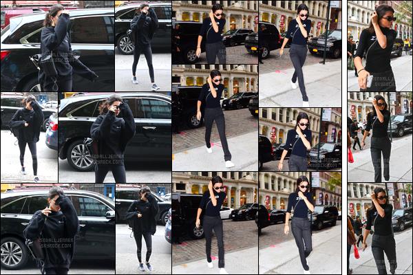 - 29/09/16 : Kendall Jenner a été photographiée alors qu'elle arrivait à son hôtel qui était situé à New-York. Un peu plus tard, notre Jenner a été aperçue alors qu'elle quittait ce même hôtel puis dans les rues de New-York, un bof pour son look ! -