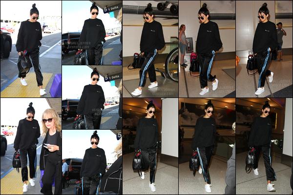 - 26/09/16 : Kendall Jenner a été photographiée alors qu'elle arrivait à l'aéroport de LAX situé Los Angeles. C'est dans une tenue des plus décontractée que nous retrouvons Kendall au célèbre aéroport de Los Angeles, un petit bof pour ce look ! -