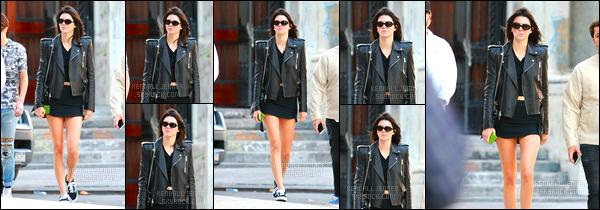 - 16/09/16 : Kendall Jenner a été photographiée en compagnie de ses amis dans les rues de New York. C'est donc dans les rues de la célèbre ville qu'est New-York que nous retrouvons Kendall à qui j'accorde un top, j'aime le côté rock ! -