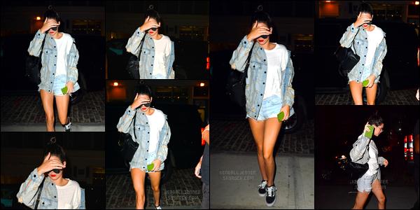 - 10/09/16 : Kendall Jenner a été photographiée alors qu'elle se trouvait dans les rues de New York City. C'est donc dans la soirée que Kendall a été photographiée, je lui accorde un petit bof puisque notre mannequin sait nous faire mieux! -