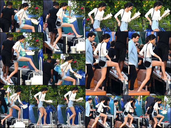 - 03/12/16 : Kendall a été photographiée alors qu'elle montait à bord d'un bateau « Boat Ride » à Miami. C'est pour faire le tour de Miami en bateau que Kendall a été photographiée, j'aime beaucoup sa tenue, aussi simple soit-elle, j'adore! -