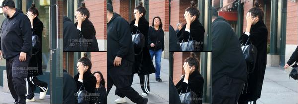 - 02/12/16 : Kendall a été photographiéequ'elle quittait l'appartement de Kanye West, se situant à Soho ! La jeune mannequin ne semblait pas d'humeur pour se faire prendre en photo. Côté tenue je donne un TOP pour le peu qui est visible. -