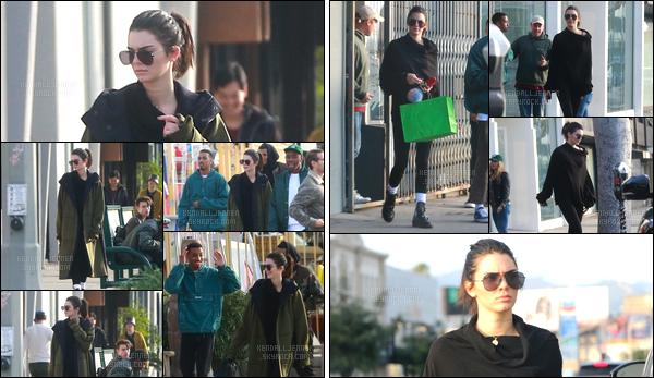 - 11/12/16 : C'est en se promenant dans les rues de la célèbre ville Hollywood que Kendall a été aperçue. Un peu plus tard dans la journée, Kendall J. a été photographiée durant une séance shopping qui avait également lieu à Hollywood ! -