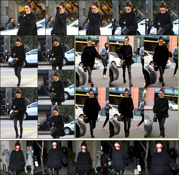 - 22/12/16 : Kendall Jenner a été aperçue alors qu'elle se trouvait seule dans les rues de West Hollywood. Un peu plus tard, elle a été vue arrivant au « Pressed Juicery » puis, quittant le restaurant « Mastro's Steakhous » dans Beverly Hills ! -