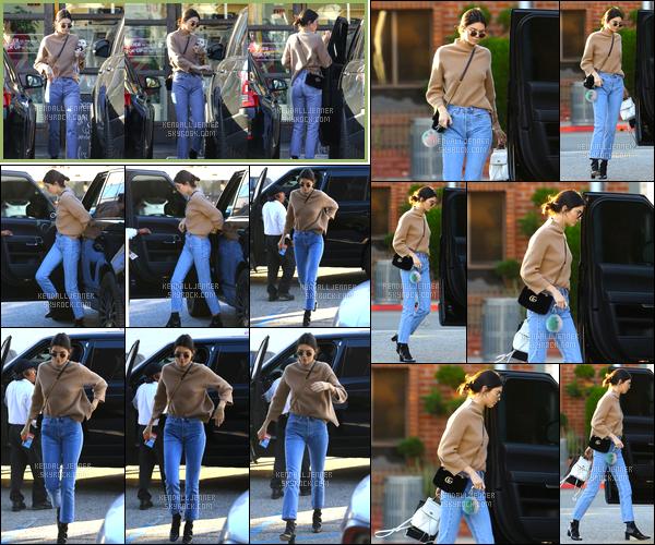 - 28/12/16 : Kendall Jenner a été photographiée alors qu'elle sortait tout juste d'un « Sweetgreen » à WH. Plus tard dans la journée, notre mannequin a été photographiée alors qu'elle arrivait puis sortait du « XIV Karats » situé à Beverly Hills ! -
