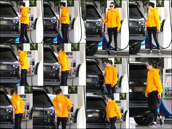 - 21/10/16 : Kendall Jenner a été aperçue alors qu'elle faisait le plein à la station d'essence de Hollywood. C'est dans une tenue décontractée mais tout de même tape à l'oeil au vue de la couleur que Kendall s'est rendue à une station, un bof ! -
