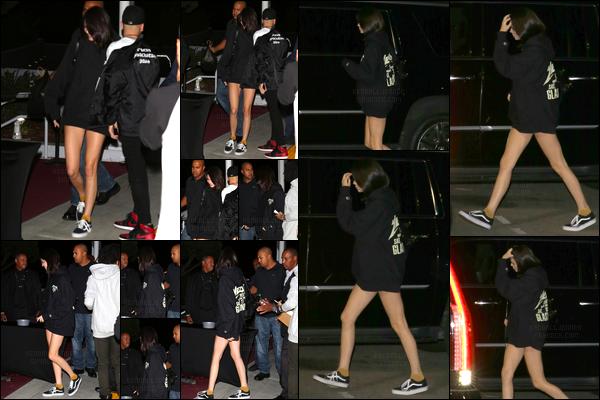 - 25/10/16 : Kendall a été vue alors qu'elle venait tout juste d'arriver à « The Forum », situé à Inglewood. C'est dans la soirée que Kendall s'est rendue à cette célèbre salle de sport, je donne un bof pour sa tenue qui était très décontractée ! -