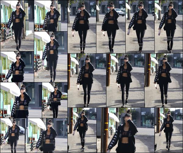 - 12/11/16 : Kendall Jenner a été photographiée lorsqu'elle quittait son cours de gym, situé à Los Angeles ! Il semblerait que K. ai voulu se cacher lors de cette sortie. Côté tenue, je donne tout de même un top à la belle pour sa tenue sportive. -