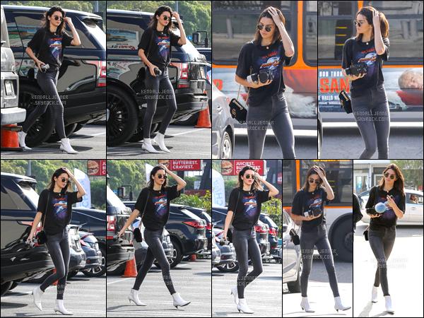 - 16/11/16 : Kendall Jenner a été photographiée lorsqu'elle se promenait dans les rues de West Hollywood. Il semblerait que la mannequin est décidée de se reposer un peu avant son grand départ pour Paris le 27 novembre prochaine, TOP ! -