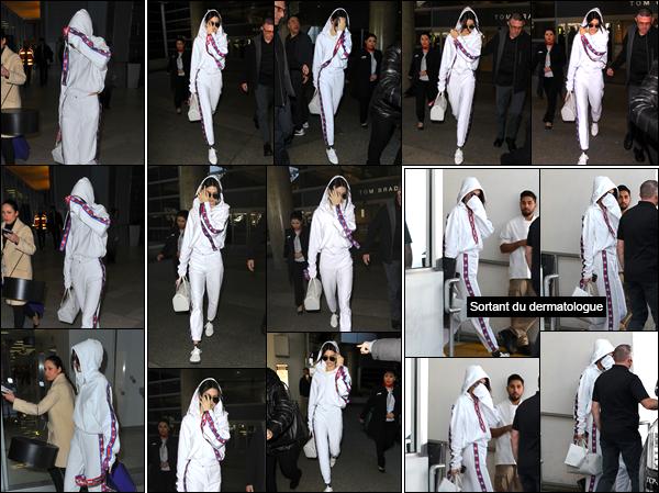 - 25/01/17 : Kendall Jenner a été photographiée arrivant à l'aéroport « Charles de Gaulle », situé à Paris. Par la suite, plus tard, c'est quittant l'aéroport LAX de Los Angeles que nous retrouvons Kendall de retour sur le sol américain. Un flop. -