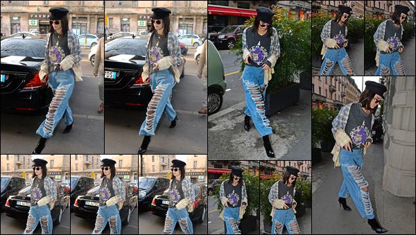 - 22/02/17: Notre jeune célébrité a été aperçue par les paparazzis alors qu'elle se promenait dans Milan ! Pour cette sortie j'accorde un bof à la mannequin, je n'apprécie pas du tout le jean qu'elle a choisit de porter, cela reste donc un BOF. -