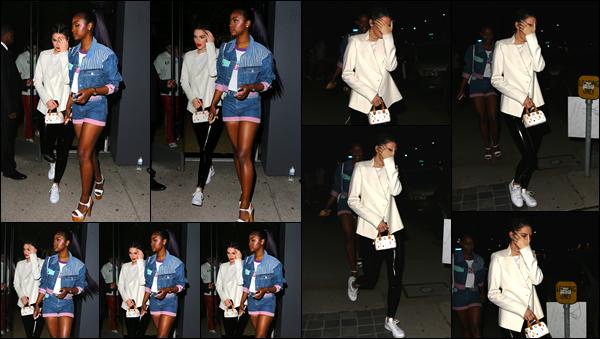 - 10/03/17: Kendall Jenner a été aperçue alors qu'elle quittait le magasin « Guess » situé dans Los Angeles. C'est accompagnée d'une amie que nous retrouvons notre belle mannequin a la sortie du magasin ! Je lui accorde un top pour ce look ! -