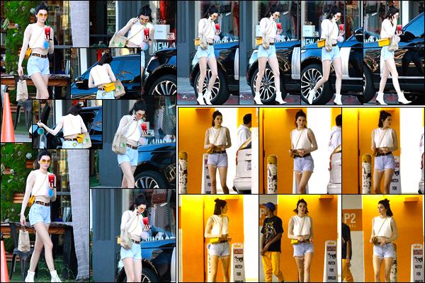 - 09/03/17: Kendall Jenner a été vue quittant le bar à jus de fruit : «Kreation Organic» dans Beverly Hills. Notre mannequin a également été vue alors qu'elle se promenait dans les rues de Beverly Hills. Je lui accorde pour le coup un beau top. -