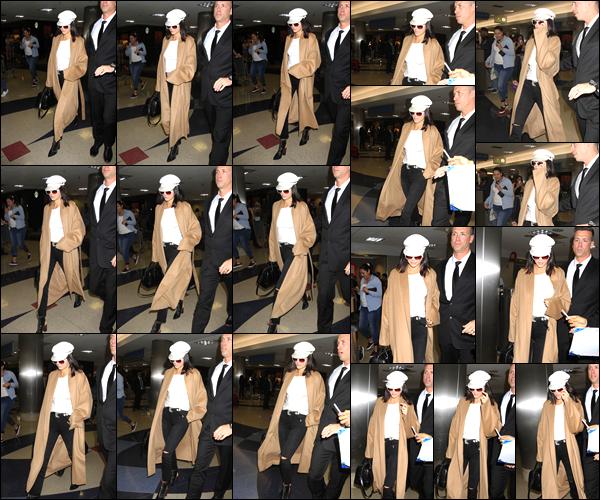 - 13/03/17 : Kendall Jenner a été photographiée quittant l'aéroport « LAX », qui était situé à Los Angeles. C'est alors pour arriver à Los Angeles que Kendall a quitter Miami. J'accorde par ailleurs un beau petit top à sa tenue simple mais jolie. -