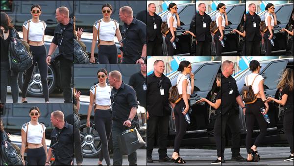 - 27/04/17 : Kendall Jenner a été photographiée alors qu'elle venait de quitter un studio dans Los Angeles. C'est ainsi alors qu'elle allait rejoindre sa voiture que nous retrouvons notre belle brunette dans les rues de Los Angeles ! Un petit bof ! -