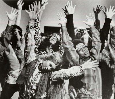 Assis sur le bord du trottoir, perdus dans leurs méditations individuelles, avec une gravité lointaine qui rejoint la mastication du casse-croûte, les hippies font chanvre à part.