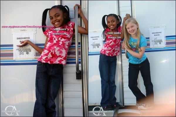 2009 : China Anne Mcclain sur le set d'Hannah Montana avec sa meilleure amie et  co star Sierra McCormick de Section Genius.
