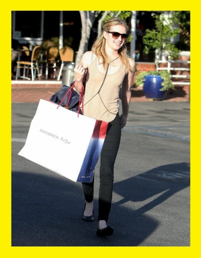 Emma Roberts : avec un collier très étrange mais jolie .