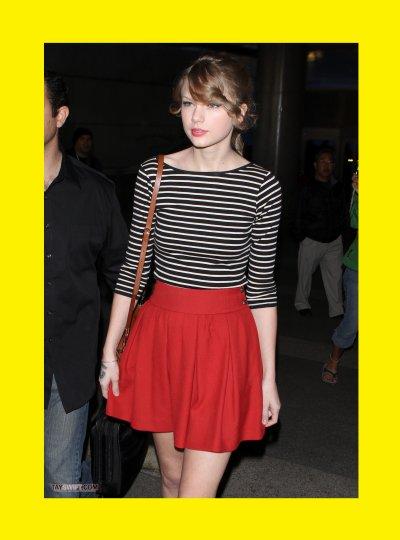 Taylor Swift : Avec Sa Jupe Rouge Et Sa Marinière Noir