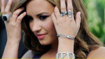 Demi Lovato : Amoureuse Des Bagues Et Des Bracelets