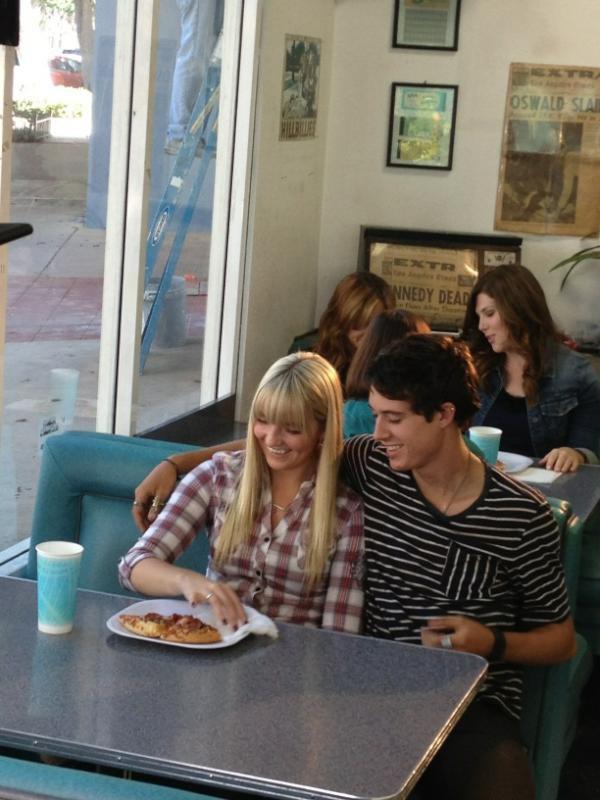 6 Août: Photo de Ross et des R5 faisant du surf en Californie + Photo de Rydel et son boyfriend (petit ami) + nouvelle R5 tv