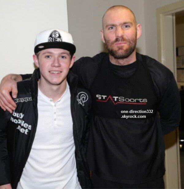 le o9 février 2o14 | Niall avec des fans au cinéma