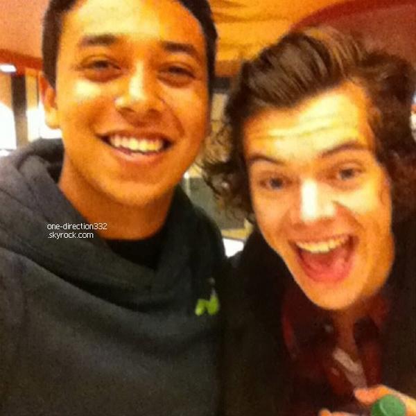 le 5 mars 2014 - Harry avec un fan lors de la projection privée de Courtney Cox.