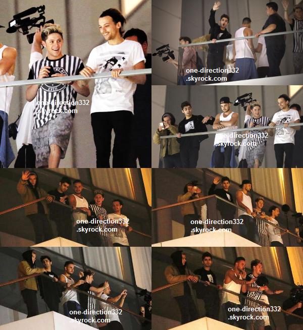 le 26 avril 2014 - les boys au balcon de leur hôtel