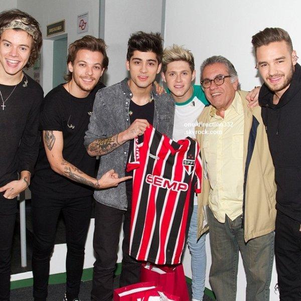 le 13 mai 2014 - Liam a pris des photos avec des fans.