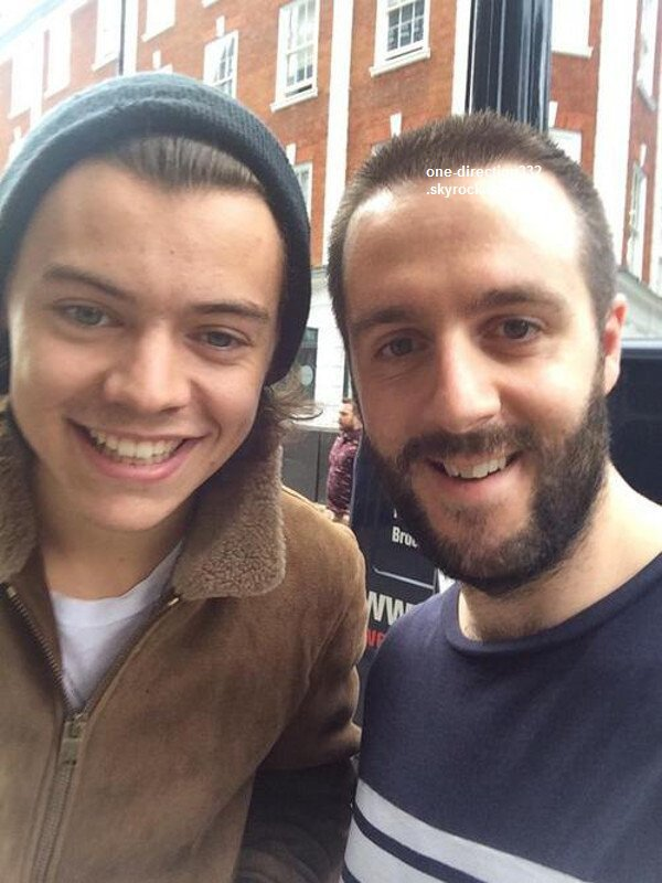le 27 juin 2o14 .|. Harry a pris une photo avec un fan.