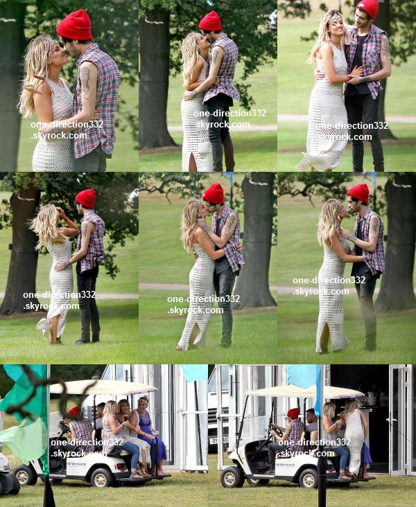 le 11 juillet 2o14 .|. Harry a pris une photo avec une fan.