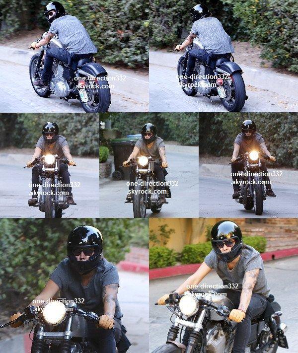 le 22 juillet 2o14 .|. Harry a été vu entrain de faire de la moto.