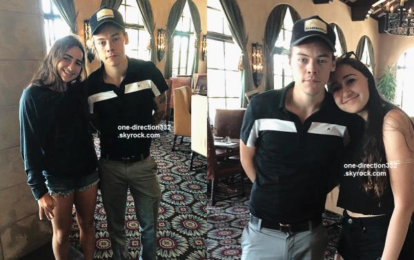 le 12 avril 2015 - harry avec des fans au restaurant à Palm Springs
