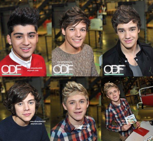 le 21 novembre 2011 - les boys Lors du lancement de l'album et le Black Friday offres semaine