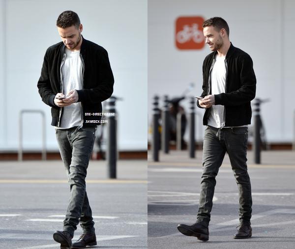 Le 26 février 2016: Liam sortant de chez Sony.