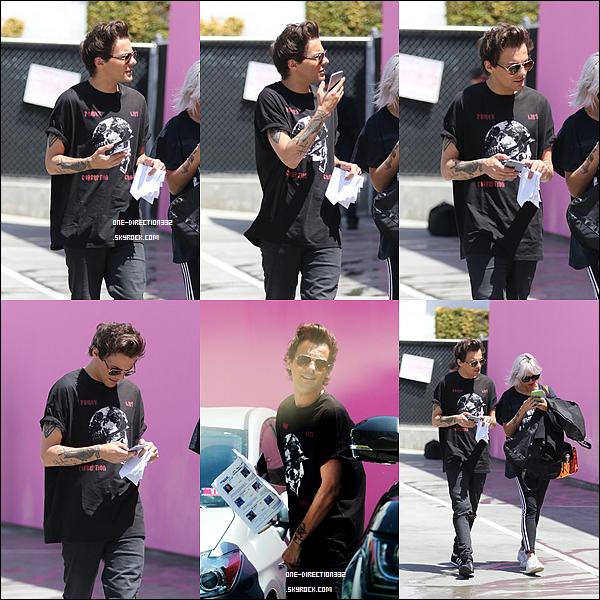 Le 03 mai 2016: Louis a été vu dans un magasin faisant du shopping, à Los Angeles.
