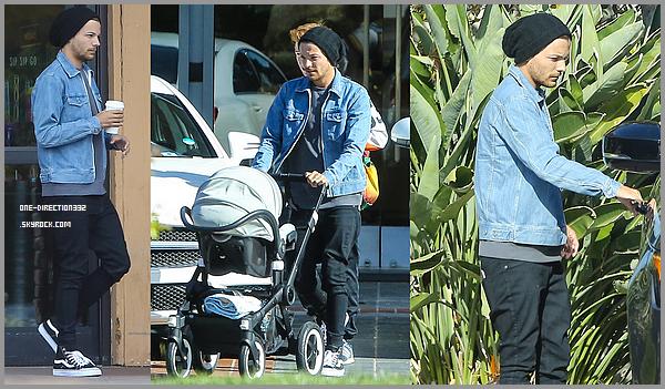 Le 21 mai 2016: Louis, Brianna et Freddie se promenant dans Westlake Village, à Los Angeles.