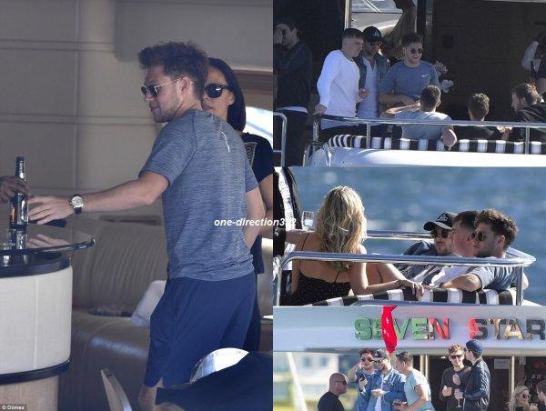 le 7 septembre 2017 - niall avec des amie dans un bateaux à Sydney
