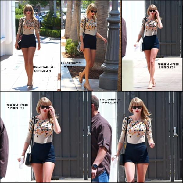 Le 6/09/2013  : Taylor était de sortie, dans les ruesd'Hollywood , avec son amieHailee Steinfeld.  Je trouves que Taylor est magnifique dans cette tenue et vous?