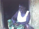 ma grande mere maternelle  .là elle est en pleine action de cuisine au village.ha cool les retrouvailles.