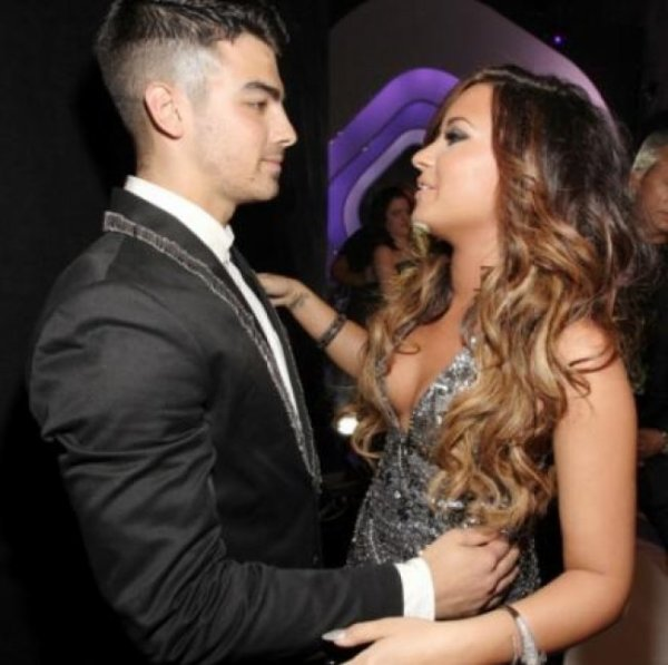 DEMI LOVATO : UN CALIN À JOE JONAS AUX MTV VMAS ?