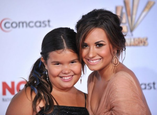 Photos : Demi Lovato, un modèle pour son adorable petite s½ur aux Alma Awards 2011!
