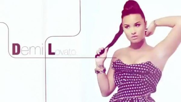 LOOK DE DEMI LOVATO : DANS LE ''BEAUTY BOOK FOR BRAIN CANCER'' (VIDÉO)