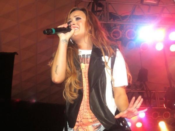 Demi Lovato : Elle chante Moves Like Jagger et oublie les paroles ! (Vidéo)