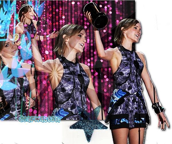 Emma était présente aux MTV Movie Awards ce dimanche soir 3 juin ! Elle resplendissait dans sa robe Brood, ses très jolies chaussures Tabitha Simmons et ses bracelets Givenchy. Je la trouve vraiment rayonnante, coup de coeur pour sa tenue et son très jolie maquillage ! La bande annonce officielle de TPOBAWa donc bel & bien dévoilée !
