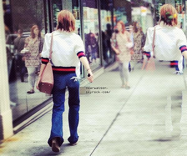 Emma à été apperçue dans les rues a New York, nous avons seulement une photo de dos ! Mais Emm à l'air de porter une jolie tenue =-)