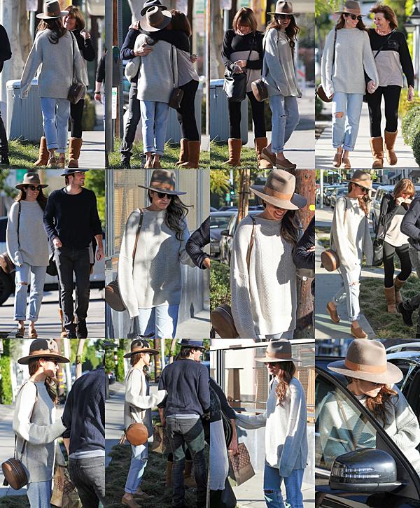 .  19.12.2016 |  Nikki, sa maman et son mari marchant dans les rues de Los Angeles. Les deux tourtereaux et la maman de la belle ont été vus arrivant et repartant d'une rue de Los Angeles en voiture. Nous ne savons pas ce qu'ils sont venus faire là, mais au vu du sac que porte Ian et du morceau de citron que mange la maman de Nikki au retour vers la voiture, nous pouvons penser qu'ils reviennent d'un restaurant ! Niveau tenue, Miss Reed - ou devrais-je dire Mrs Somerhalder - ne fait aucun effort puisqu'elle porte encore et toujours le même jean et les mêmes chaussures.. Que pensez-vous de cette tenue ? :) .